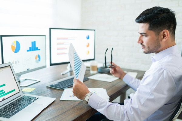Sales analyst using HubSpot reports and his HubSpot dashboard